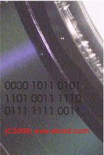 Stark vergrößerter Ausschnitt einer Daten-DVD. Es ist schwer vorstellbar, wieviel Informationen in Form von Einsen und Nullen auf diesem kleinen Abschnitt gespeichert sind.