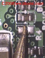 Eine schlechte Lötstelle kann zum Totalausfall führen. An diesem USB-Stick konnten nach der Reparatur die Daten wieder gesichert werden.